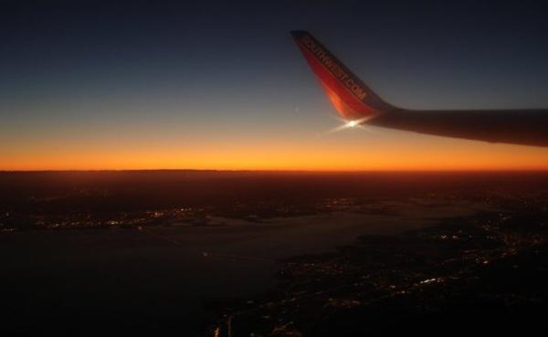 Vielflieger Flugzeug Stadt Sonnenaufgang (c) Anja Knorr
